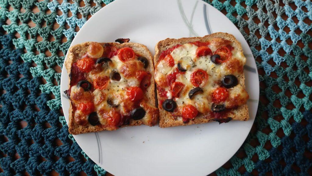 Pizza-Toasts mit Tomaten, Oliven und Mozzarella